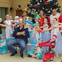 """Ура! Новый Год закончился!  После последней """"ёлки""""! Певцы, танцоры, актёры! В центре с гитарой - это я!"""