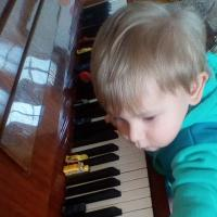Серега-внук. Вот так сыграл на фортепиано